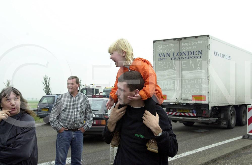 WFA00:DIESELBLKADE:ZWOLLE;15SEP2000-.A28 Lichtmis richting Zwolle en visa versa geblokkeerd door vrachtwagens en de paralelwegen door boeren met trekkers..Voor de ouders lastig een blokkade, voor de kinderen een leuk tijdverdrijf..WFA/fu/str.Fotografie Frank Uijlenbroek