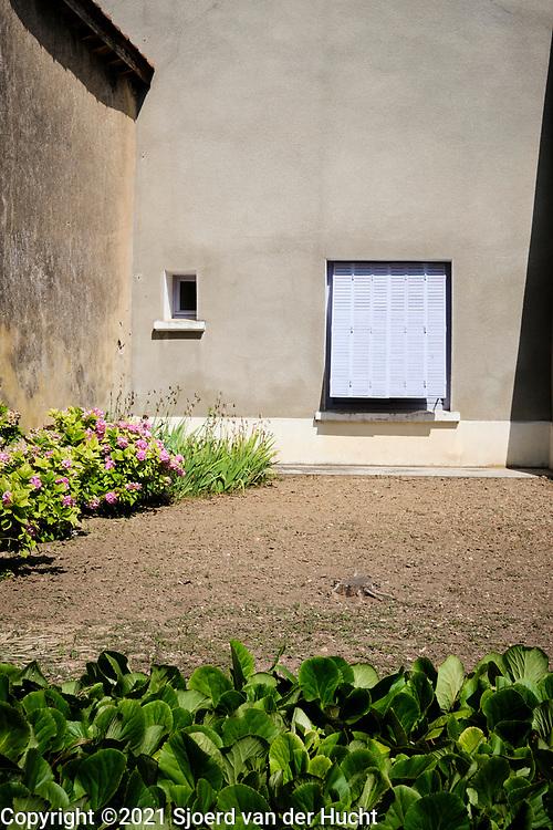 Charmes sur l'Herbasse, Drôme, Frankrijk - augustus 2021: Huizen in een dorpje in Frankrijk. |  Charmes sur l'Herbasse, Drôme, France - August 2021: Houses in a village in France.