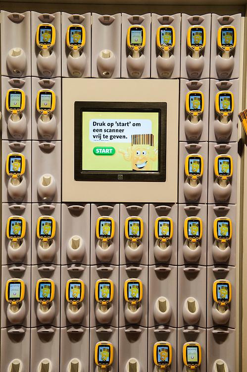 Nederland, Breda, 27 maart 2013.Opening Jumbo Supermarkt..Jumbo heeft vandaag in Breda de deuren geopend van een nieuw supermarktconcept in Nederland: Jumbo Foodmarkt. Met 6.000 vierkante meter vloeroppervlakte - gemiddeld zes keer groter dan de gemiddelde supermarkt - wordt boodschappen doen hier een belevenis. .Jumbo wil graag dat de klanten zelf gaan scannen. Dat is veel makkelijker bij het afrekenen..Foto(c): Michiel Wijnbergh
