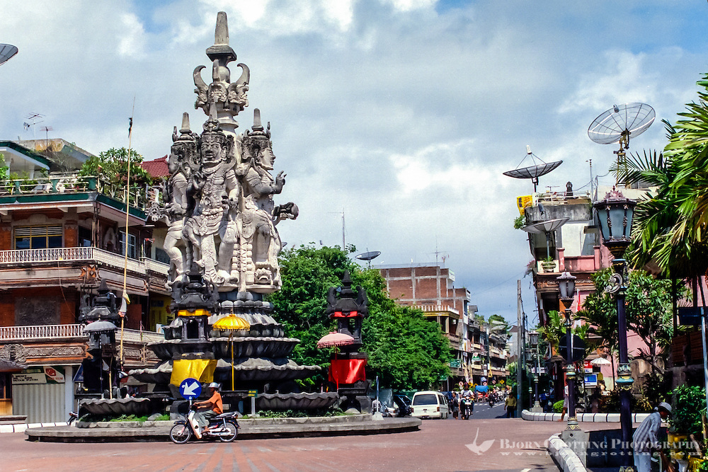 Bali, Klungkung, Semarapura. The center of Semarapura with the Kanda Pat statue which is raised for the protection of travellers.