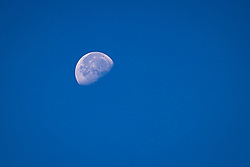 THEMENBILD - Der Mond, in der abnehmenden Phase mit ca 60% Sichtbarkeit. Kals am Grossglockner am Sonntag 9. August 2020 // The moon, about 60 percent visible and waning, can be seen in the morning sky. Kals am Grossglockner on Sunday 9 August 2020. EXPA Pictures © 2020, PhotoCredit: EXPA/ Johann Groder