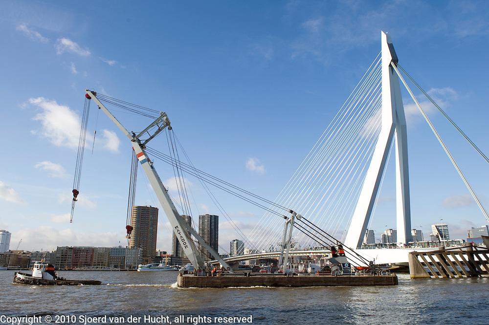 The Matador, seagoing sheerleg from the company Bonn & Mees Drijvende Bokken BV passing the Erasmus bridge, Rotterdam, Netherlands.De Matador, een zeegaande bok van Bonn & Mees Drijvende Bokken BV passeert de Erasmusbrug, Rotterdam, Zuid Holland