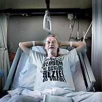 Nederland,Amsterdam , 23 juni 2009...Dichter Simon Vinkenoogs onderbeen is vrijdag geamputeerd in het Amsterdamse OLVG ziekenhuis. In eerste instantie zou er alleen onderzoek gedaan worden naar zijn bloedvaten en leek het er op dat hij alleen enekele tenen of voet moest missen..Maar tijdens het onderzoek bleek dat een volledige amputatie van het onderbeen nodig was. Artsten hebben aangegeven dat Vinkenoog waarschijnlijk niet met een kunstbeen kan gaan lopen, maar de dichter wil daar niets van weten. Hij wil het toch proberen als hij voldoende hersteld is...Writer, cult figure and poet Simon Vinkenoog died Sunday morning, 12 July 2009.