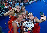 LONDEN - selfie, Eva de Goede (Ned), Caia Van Maasakker (Ned) , Xan de Waard (Ned) , Ireen van den Assem (Ned) , Laura Nunnink ,     na het winnen van  de finale Nederland-Ierland (6-0) bij  wereldkampioenschap hockey voor vrouwen.  . COPYRIGHT  KOEN SUYK