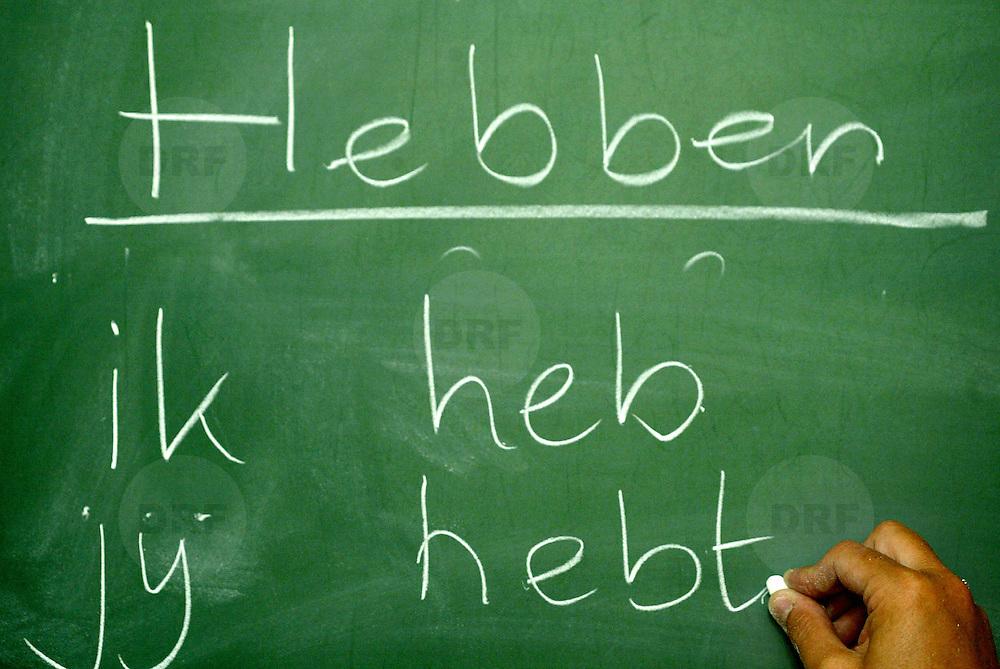 Nederland Rotterdam 2 mei 2005 20050502 Foto: David Rozing .Leerlingen oefenen /  leren schrijven op schoolbord op basisschool in Ijsselmonde.Foto: David Rozing