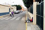 Spanje, El Ejido, 10-11-2019Een arbeidsmigrant uit Guinee Bissau is bezig met zijn mobiel, smartphone. Hij heeft werk in de kassen . In dit deel van Andalucie worden veel groenten en fruit verbouwd die hun weg vinden via de export naar o.a. Nederland . Het wordt de zee van plastic genoemd omdat de kassen opgebouwd zijn van houten of metalen palen bedekt met zwaar plastic. In de kassen werken voornamelijk migranten uit Afrika, en arbeidsmigranten uit Oost-Europa die een laag loon uitbetaald krijgen, tussen de 30 en 40 euro per 8 urige dag, werkdag, afhankelijk van de werkgever. De populistische partij Vox heeft hier een grote aanhang.Foto: Flip Franssen