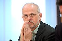 19 DEC 2007, BERLIN/GERMANY:<br /> Ulrich Thoene, Vorsitzender Gewerkschaft Erziehung und Wissenschaft, GEW, waehrend einer Pressekonferenz zur Einkommensrunde 2008 im Öffentlichen Dienst, Haus der Bundespressekonferenz<br /> IMAGE: 20071219-01-005<br /> KEYWORDS: Ulrich Thöne