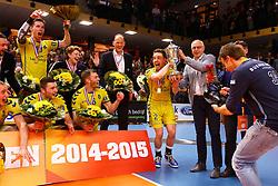 20150426 NED: Eredivisie Landstede Volleybal - Abiant Lycurgus, Zwolle<br />Frank Lubberts (2) of Landstede Volleybal met de Beker naar zijn team, Landstede Volleybal<br />©2015-FotoHoogendoorn.nl / Pim Waslander