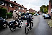 In Utrecht rijdt een vader met zijn zoon naar school.<br /> <br /> In Utrecht a father cycles with his son to school.