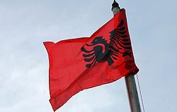 PRISTINA, KOSOVO - DECEMBER 14 - Albanska zastava pred zgradbo kosovske vlade.