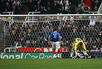 Fotball<br /> Premier League England 2004/2005<br /> Foto: SBI/Digitalsport<br /> NORWAY ONLY<br /> <br /> Newcastle United v Portsmouth<br /> St James' Park, Newcastle upon Tyne 11/12/2004<br /> <br /> Portsmouth's goalkeeper, Jamie Ashdown, consoles Newcastle's Kieron Dyer (R) after he lobs the ball over the bar from close range.