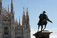 Statue outside Dumo, the Duomo in Milan..- ..Statue utenfor Dumo, domkirken i Milano........
