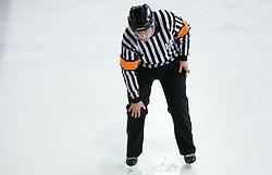 Znak za udarec s kolenom. Kneeing. Slovenski hokejski sodnik Damir Rakovic predstavlja sodniske znake. Na Bledu, 15. marec 2009. (Photo by Vid Ponikvar / Sportida)
