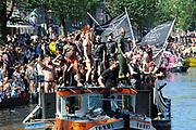 Canal Parade 2013 in de Amsterdamse grachten. De Canal Parade is het hoogtepunt van de Gay Pride, een feestweek met voornamelijk homo's, bi's, lesbiennes en transgenders.<br /> <br /> Canal Parade 2013 in the canals of Amsterdam. The Canal Parade is the highlight of the Gay Pride, a festival week with mostly gay, bisexual, lesbian and transgender people.<br /> <br /> Op de foto / On the photo: