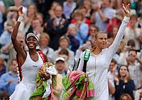 Tennis<br /> Wimbledon 2005<br /> Foto: imago/Digitalsport<br /> NORWAY ONLY<br /> <br /> 30.06.2005 <br /> <br /> Maria Sharapova (Russland, re.) und Venus Williams (USA) verabschieden sich gemeinsam von den Zuschauern