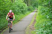 In Bosch en Duin rijdt een man op een mountainbike door de bossen.<br /> <br /> In Bosch en Duin a man is cycling on a mountainbike in the woods.