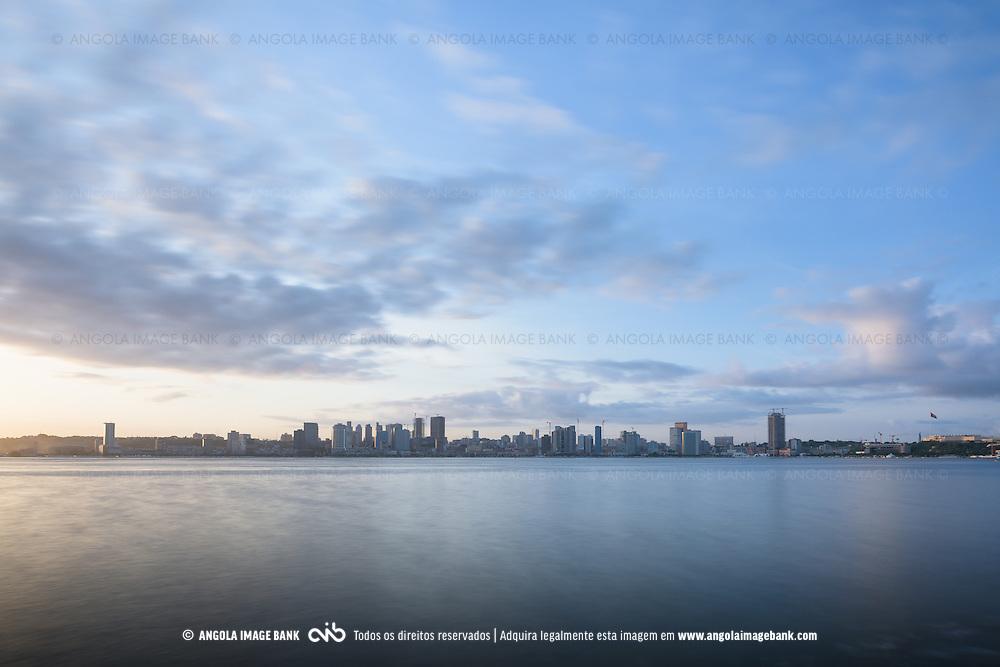 Luanda ao nascer de um novo dia. Capital de Angola.