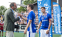 UTRECHT -   Constantijn Jonker (Kampong) en Erik Cornelissen (voorzitter KNHB),  en rechts aanvoerder Sander de Wijn (Kampong)  na finale van de play-offs om de landtitel tussen de heren van Kampong en Amsterdam (3-1). Jonker stopt met tophockey. COPYRIGHT KOEN SUYK