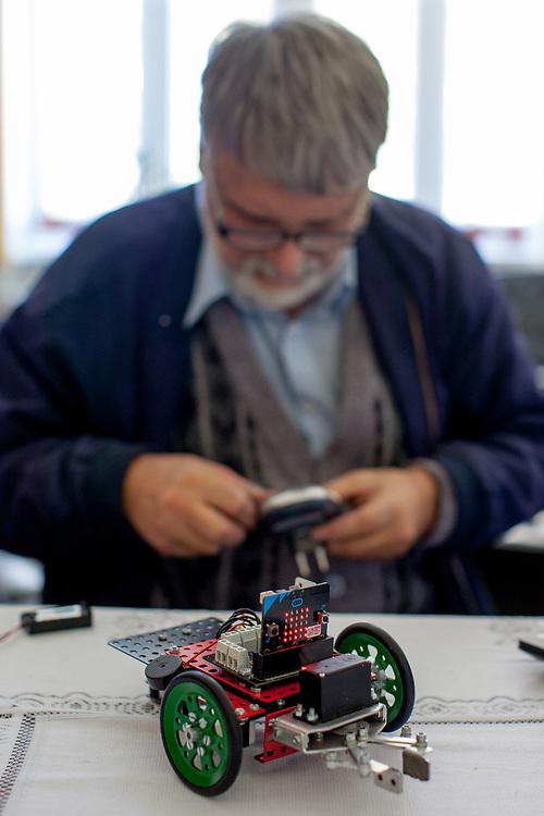 Merkur Eigentümer Jaromir Kriz mit einem Fahrzeug aus bunten Bausteinen entstanden durch die Zusammenarbeit mit einer britischen Stiftung zur Förderung der technischen Ausbildung und der BBC.<br />  Merkur Museum in Police nad Metuji.