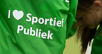 NIJMEGEN - Ballenkinderen met op hun rug : ik houd van sportief publiek.    Pinoke wint de derde en beslissende play out wedstrijd van Nijmegen met 3-0 en blijft hierdoor in de hoofdklasse. Nijmegen  weet niet te promoveren. COPYRIGHT KOEN SUYK