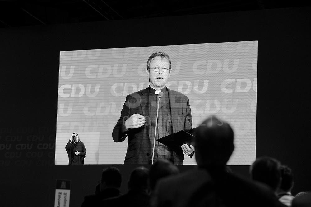 DEU, Deutschland, Germany, Berlin,26.02.2018: Prälat Karl Jüsten, Leiter des Kommissariats der deutschen Bischöfe, bei der ökumenischen Andacht auf dem Parteitag der CDU in der Station. Die Delegierten stimmten mit großer Mehrheit für die Neuauflage der Großen Koalition (GroKo).