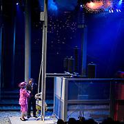 Nederland Barendrecht 16 juni 2007 20070616 . Koningin Beatrix opent zaterdag bij NS-station Barendrecht de Betuweroute. Met het omhalen van een hendel in de feesttent geeft zij het startsein voor de eerste goederentrein. Minister Camiel Eurlings feliciteert koninging Beatrix met de ingebruikname van de betuwelijn. ..Foto David Rozing
