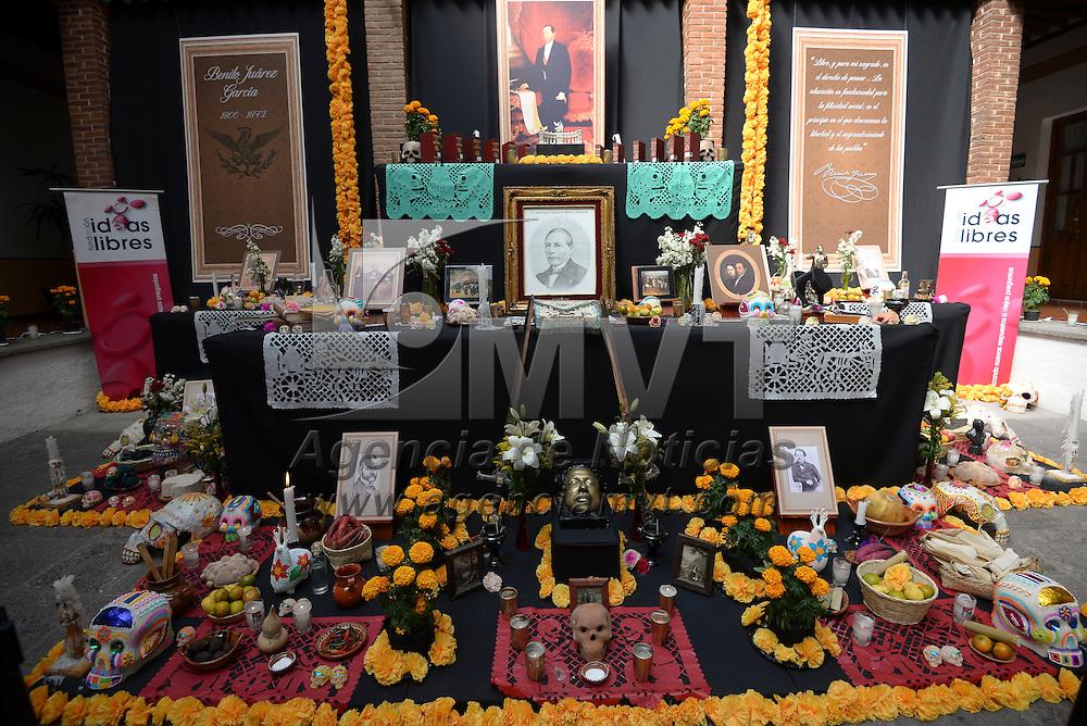 Toluca, México (Octubre 31, 2016).- La Fundación Ideas Libres monto una ofrenda en memoria a Benito Juárez en la Biblioteca de la Legislatura.  Agencia MVT / Crisanta Espinosa