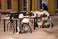 Bialystok, 16.01.2021. Gwaltowny atak zimy, w ciagu paru godzin przybylo kilkanascie centymetrow sniegu N/z zasypane sniegiem rowery fot Michal Kosc / AGENCJA WSCHOD