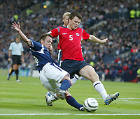 Fotball<br /> Foto: SBI/Digitalsport<br /> NORWAY ONLY<br /> <br /> Skottland v Norge<br /> 09.10.2004<br /> <br /> Norway's John Arne Riise (R) tries to stop Scotland's Paul Dickov (L) from crossing the ball.