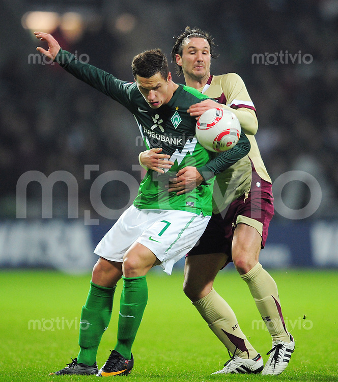 FUSSBALL   1. BUNDESLIGA   SAISON 2010/2010   22. Spieltag SV Werder Bremen - Hannover 96                           13.02.2011 Marko ARNAUTOVIC (li, Bremen) gegen Christian SCHULZ (re, Hannover)