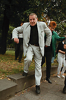 """30 AUG 1999, BERLIN/GERMANY:<br /> Lothar Bisky, PDS Vorsitzender und hinter ihm Petra Pau, MdB, PDS Landesvorsitzende Berlin, während einem """"Kiez-Spaziergang"""" durch die Berliner Mitte<br /> IMAGE: 19990830-01/02-05"""