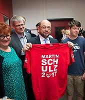 DEU, Deutschland, Germany, Berlin, 29.06.2017: SPD-Kanzlerkandidat Martin Schulz bei einem Rundgang durch die Carlo-Schmid-Oberschule in Berlin-Spandau. Hier mit einem für ihn hergestellten T-Shirt in der Schülerfirma für T-Shirt-Druck.