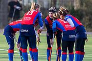 BILTHOVEN -  Hoofdklasse competitiewedstrijd dames, SCHC v hdm, seizoen 2020-2021.<br /> Foto: Kleine huddle met Caia van Maasakker (SCHC, captain)