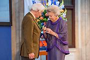 Prinses Beatrix reikt Zilveren Anjers 2019 uit in Paleis op de dam.<br /> <br /> Op de foto:  Prinses Beatrix reikt een Zilveren Anjer uit aan Albert Goutbeek voor zijn grote inzet voor de cultuurhistorie, archeologie, cartografie en natuur van Dalfsen en omgeving.