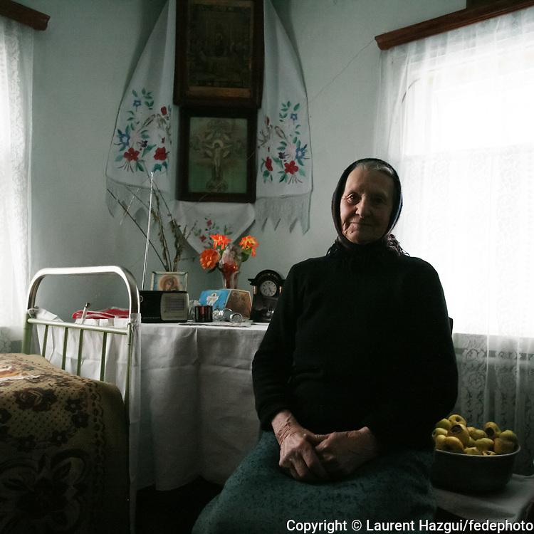 Josephina Ivaniva a 80 ans. Veuve, elle vit seule dans sa maison ‡ PoliskÈ dans la zone interdite. Elle nía jamais quittÈ la zone interdite et loue la ´ solidaritÈ entre les voisins ª qui síest installÈe entre les 20 derniers habitants de la ville qui en comptait 11.000 avant líaccident.