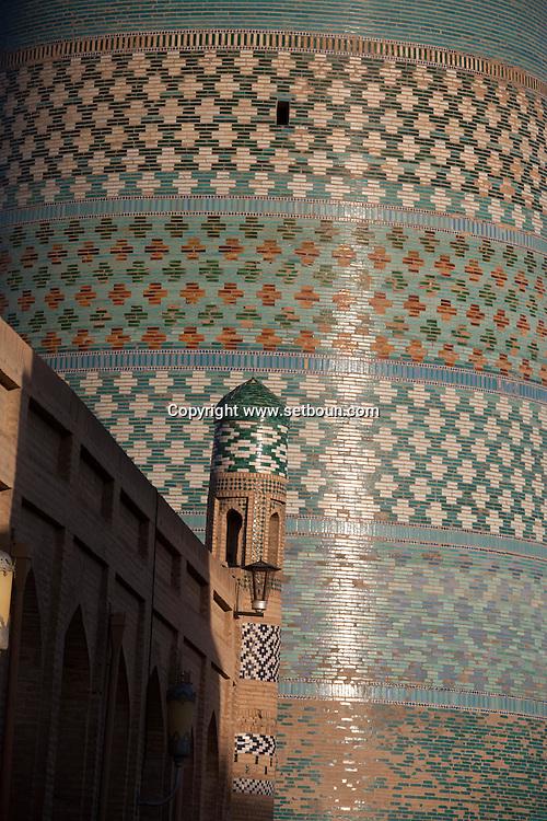 KALTA - Guyok- minaret in the old city main street  KHIVA  Ouzbekistan  .///.Kalta -Guyok - minaret dans la vieille ville  KHIVA  Ouzbekistan .///.OUZB56289