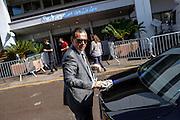 Entretien des voitures officielles devant l'entrée des artistes pendant le Festival de Cannes