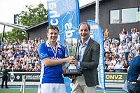 UTRECHT -   Constantijn Jonker (Kampong) en Erik Cornelissen (voorzitter KNHB),   na finale van de play-offs om de landtitel tussen de heren van Kampong en Amsterdam (3-1). Jonker stopt met tophockey. COPYRIGHT KOEN SUYK