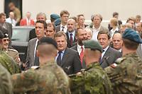 """14  AUG 2001, STTETIN/GERMANY:<br /> Aleksander Kwasniewski (L), Staatspraesident Polen, Markus Mekel (M), MdB, SPD, und Gerhard Schroeder (R), SPD, Bundeskanzler, besuchen das deutsch-polnisch-daenische Korps """"Nordost"""", mit  Sommerreise 2001<br /> IMAGE: 20010814-01-022<br /> KEYWORDS: Gerhard Schröder, Kanzlerreise, NATO Osterweiterung, Staatspräsident"""