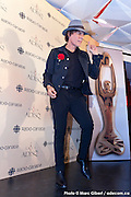 """Portrait de Jean Leloup réalisant une performance de danse devant les photographes lors des  Prix de l'ADISQ 2015 : Interprète masculin de l'année ainsi que Auteur ou compositeur de l'année et Chanson de l'année – choix du public pour """" Paradis City """". En direct des remises de prix de l'ADISQ avec Francophonie Express à la Place des Arts / Montreal / Canada / 2015-11-08, Photo © Marc Gibert / adecom.ca"""