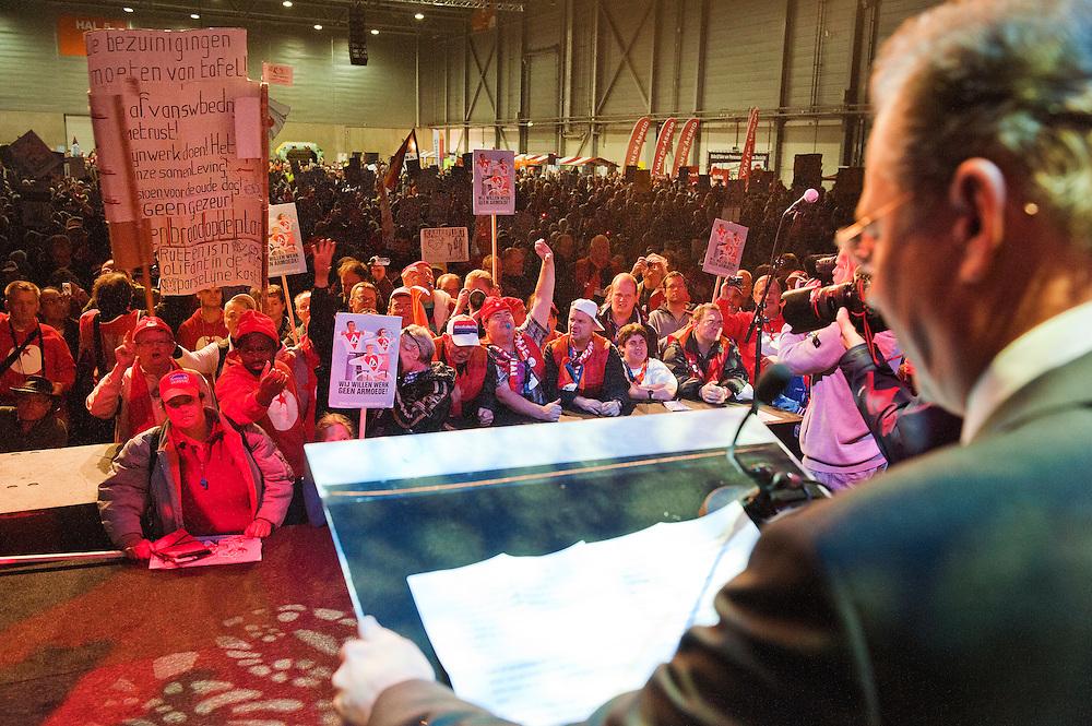 Nederland, 'sHertogenbosch, 10 dec 2011.Manifestatie tegen het bezuinigingsbeleid van het kabinet in de Brabant Hallen onder het motto 'Geen toekomst achter de geraniums' .  .Staatssecretaris Paul de Krom (VVD) van sociale zaken en werkgelenheid kwam ook om zijn beleid te verdedigen.  .Foto(c): Michiel Wijnbergh