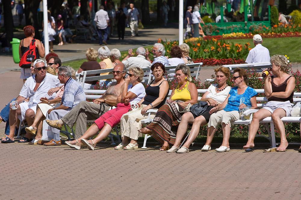 Kuracjusze na deptaku, Krynica Zdrój, Polska<br /> Visitors on the promenade, Krynica Zdrój, Poland