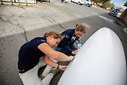Teamleden schuren de kan van de Velox tijdens de derde racedag in Battle Mountain. Het Human Power Team Delft en Amsterdam, dat bestaat uit studenten van de TU Delft en de VU Amsterdam, is in Amerika om tijdens de World Human Powered Speed Challenge in Nevada een poging te doen het wereldrecord snelfietsen voor vrouwen te verbreken met de VeloX 8, een gestroomlijnde ligfiets. Het record is met 121,81 km/h sinds 2010 in handen van de Francaise Barbara Buatois. De Canadees Todd Reichert is de snelste man met 144,17 km/h sinds 2016.<br /> <br /> With the VeloX 8, a special recumbent bike, the Human Power Team Delft and Amsterdam, consisting of students of the TU Delft and the VU Amsterdam, wants to set a new woman's world record cycling in September at the World Human Powered Speed Challenge in Nevada. The current speed record is 121,81 km/h, set in 2010 by Barbara Buatois. The fastest man is Todd Reichert with 144,17 km/h.