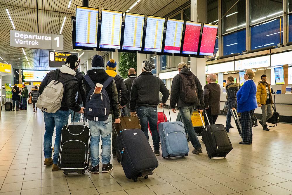 Nederland, Schiphol, 2 jan 2014<br /> Reizigers in de vertrekhal van Schiphol<br /> Foto: Michiel Wijnbergh