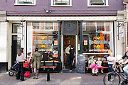 In Utrecht genieten mensen voor ijswinkel IJs & Zopie van het mooie lenteweer.<br /> <br /> In Utrecht people enjoy the nice spring weather in front of ice scream shop IJs & Zopie.
