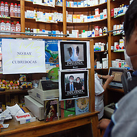 Toluca, Méx.- Se han colocado en diferentes establecimientos de venta de medicamentos, fotografías de nuevos cubre bocas no muy convencionales. Agencia MVT / José Hernández. (DIGITAL)