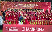 ANTWERPEN - Het team van  Belgie na de finale mannen  Belgie-Spanje (5-0),  bij het Europees kampioenschap hockey. Thomas Briels (Belgie) krijgt de beker van  EHF voorzitter Marijke Fleuren .  COPYRIGHT KOEN SUYK