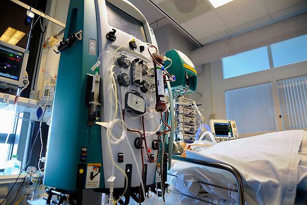 Nederland, Nijmegen, 25-3-2010Een patient op de intensive care afdeling van ee ziekenhuis is aangesloten aan een dialyseapparaat dat continu zijn nierfunctie oveneemt.Foto: Flip Franssen
