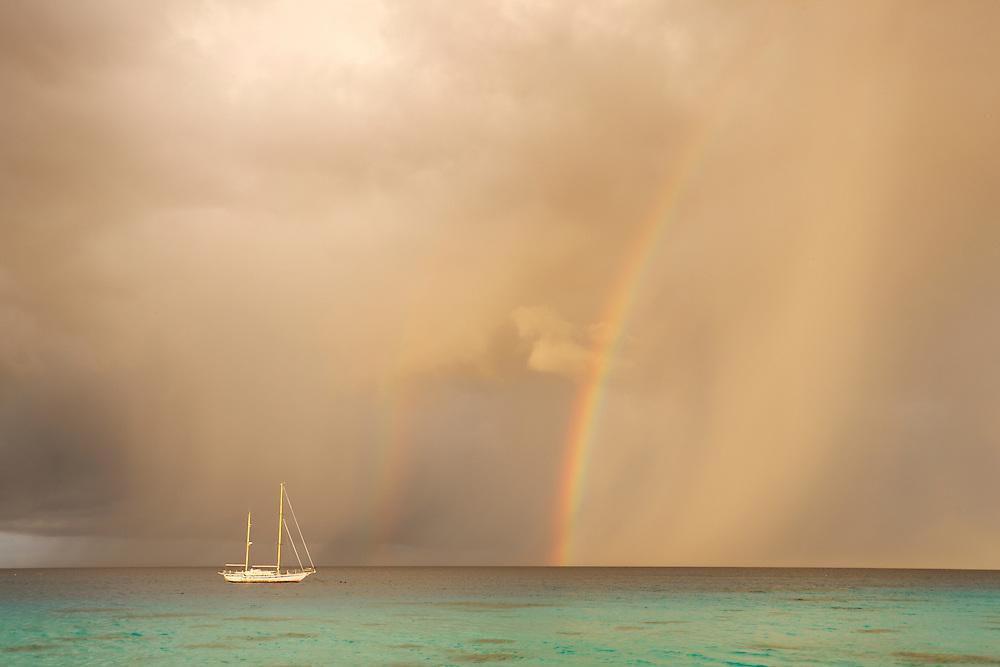 Amanecer en el Kia Ora Resort de Rangiroa, Archipiélago Tuamotu, Polinesia Francesa