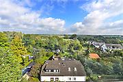Nederland, Ubbergen, 15-9-2017Het dorp ubbergen in de gemeente Berg en Dal grenst aan Nijmegen en de Ooijpolder.  Lokatie is opgenomen in de wandelroute walk of wisdom die door de regio, omgeving, rijk van nijmegen voert, pelgrimstocht, pelgrimsroute, mindfullness. Hij ligt voor een deel op een heuvelrug, stuwwal met prachtige bossen en waterlopen. Veel van de huizen, villa's zijn gebouwd eind 19e eeuw, begin 20e. Vanwege het overvloedig aanwezige water uit bronnen waren er altijd veel wasserijen zoals het huis onderin de foto. Het bronnenbos achter het voormalig klooster de Refter is nu beschermd natuurgebied. Delen van de gemeente zijn beschermd dorpsgezicht, monument, en het Geldersch, gelders landschap beheert een groot bosgebied, waaronder de Elysese Velden..Foto: Flip Franssen